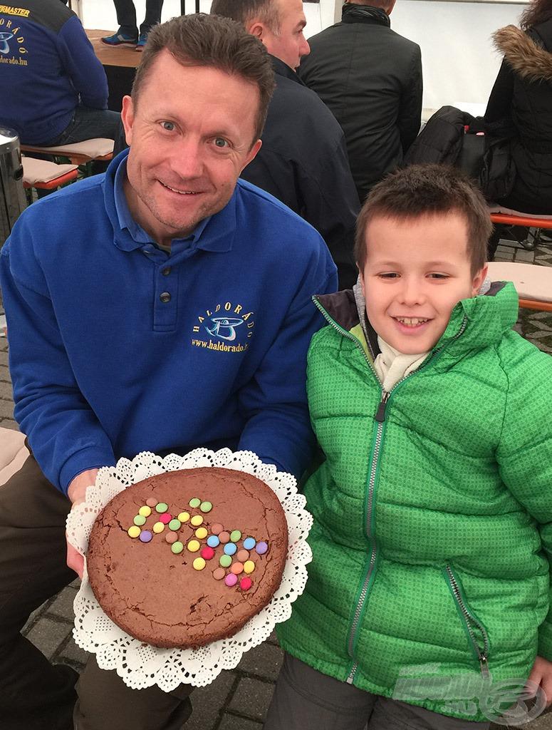 Kis rajongó nagy tortája, amit saját maga készített!