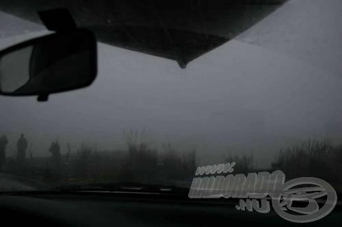 Fölül csónak, alatta ködös táj, víz nem is látszik...