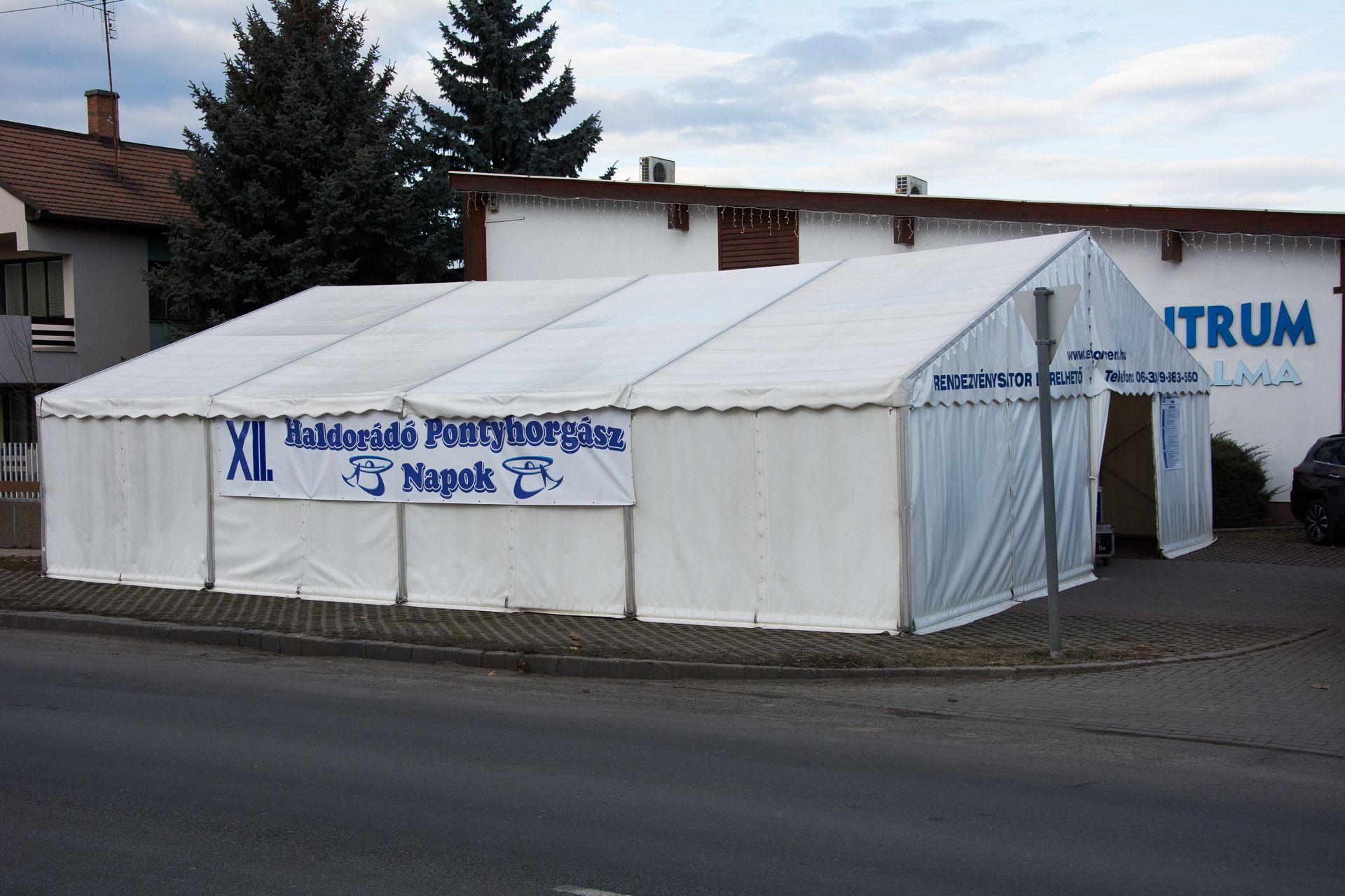 Odakinn már áll a fűtött rendezvény sátor, igazi tavaszias idő van, 13 fokkal, reméljük kitart egész hétvégén