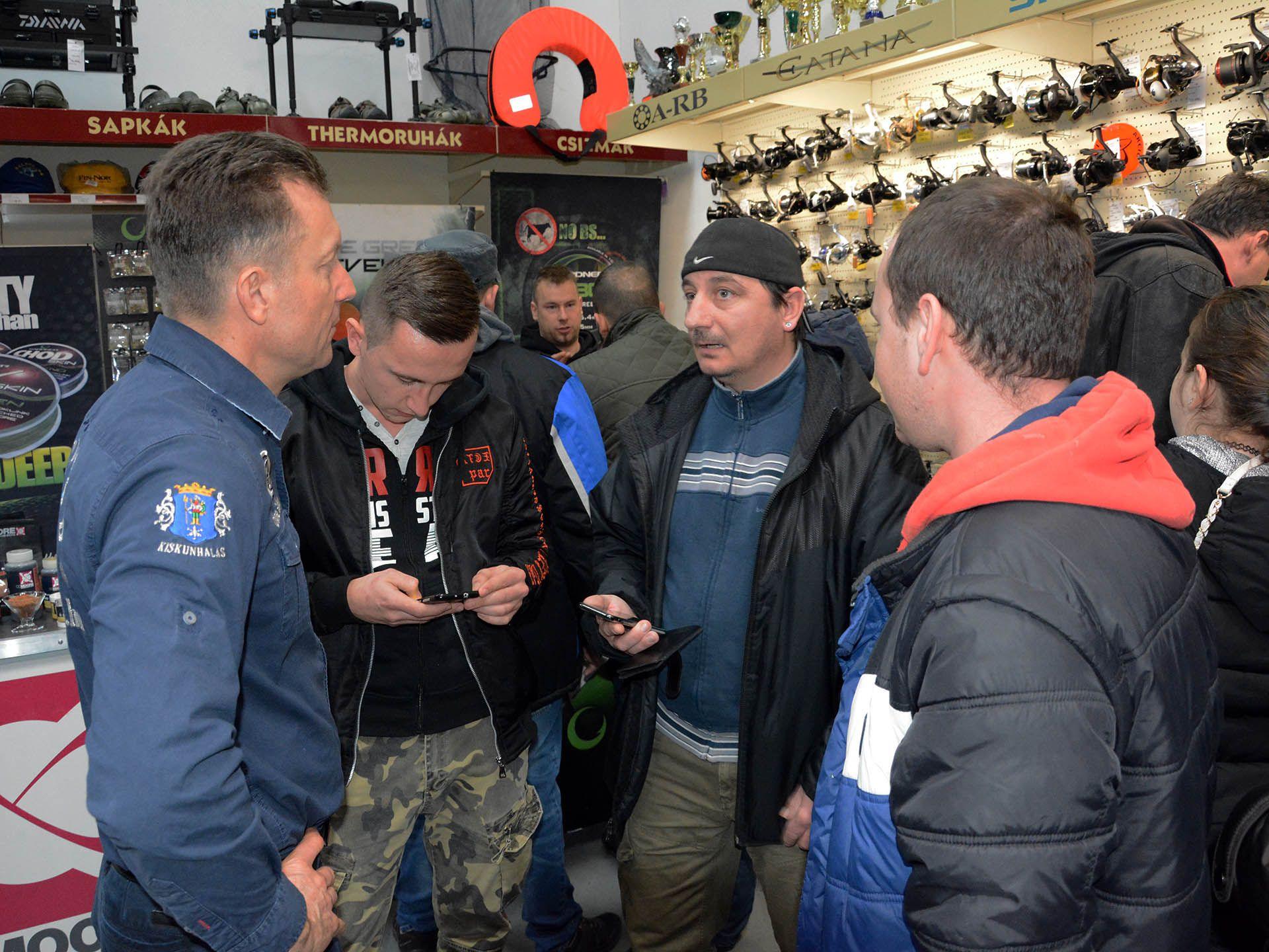 Eközben a Haldorádó Centrumban Döme Gábort is kérdésekkel bombázták a horgászok