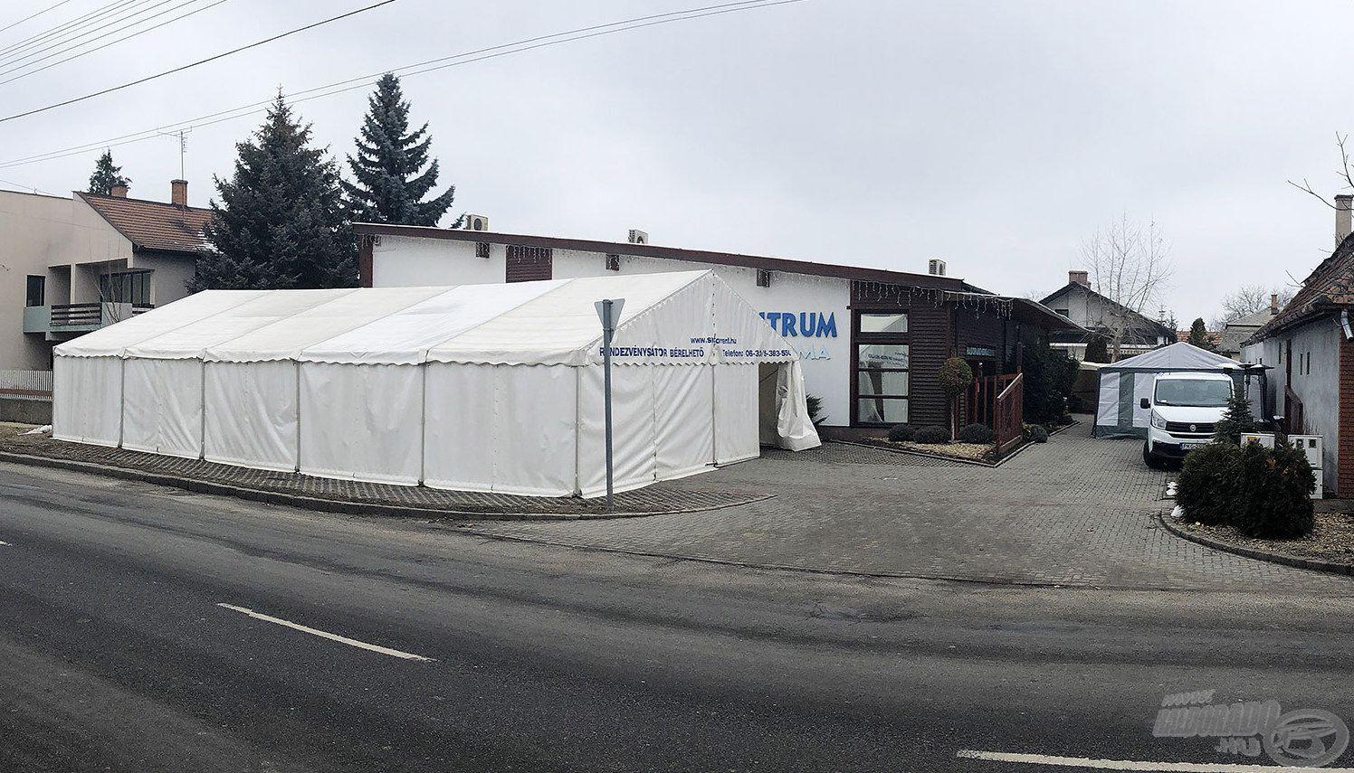 Odakinn már áll a fűtött rendezvény sátor, most még ugyan borongós és hideg idő van, de az előrejelzés biztató körülményeket ígér a hétvégére