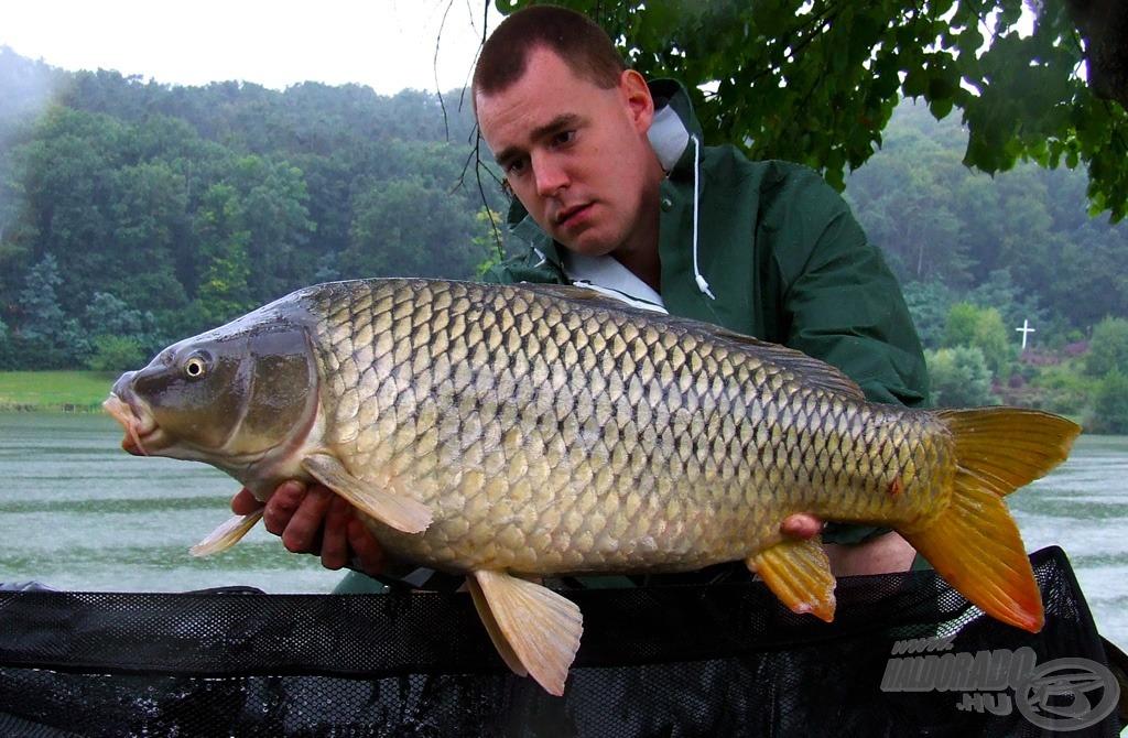 Az első hal szakadó esőben